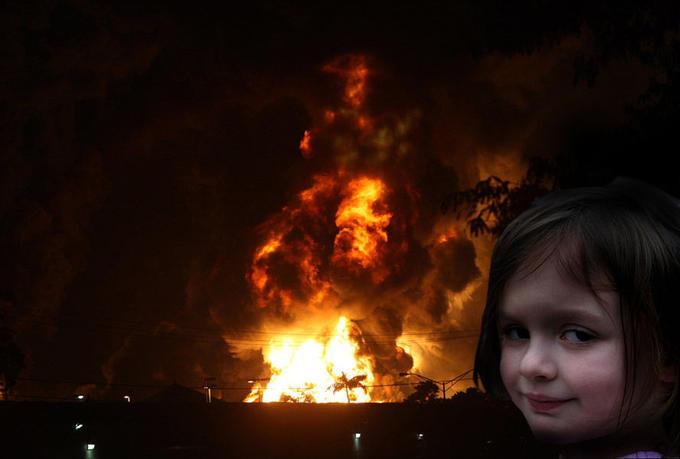 Disaster_Girl_destileria_Gulf.jpg